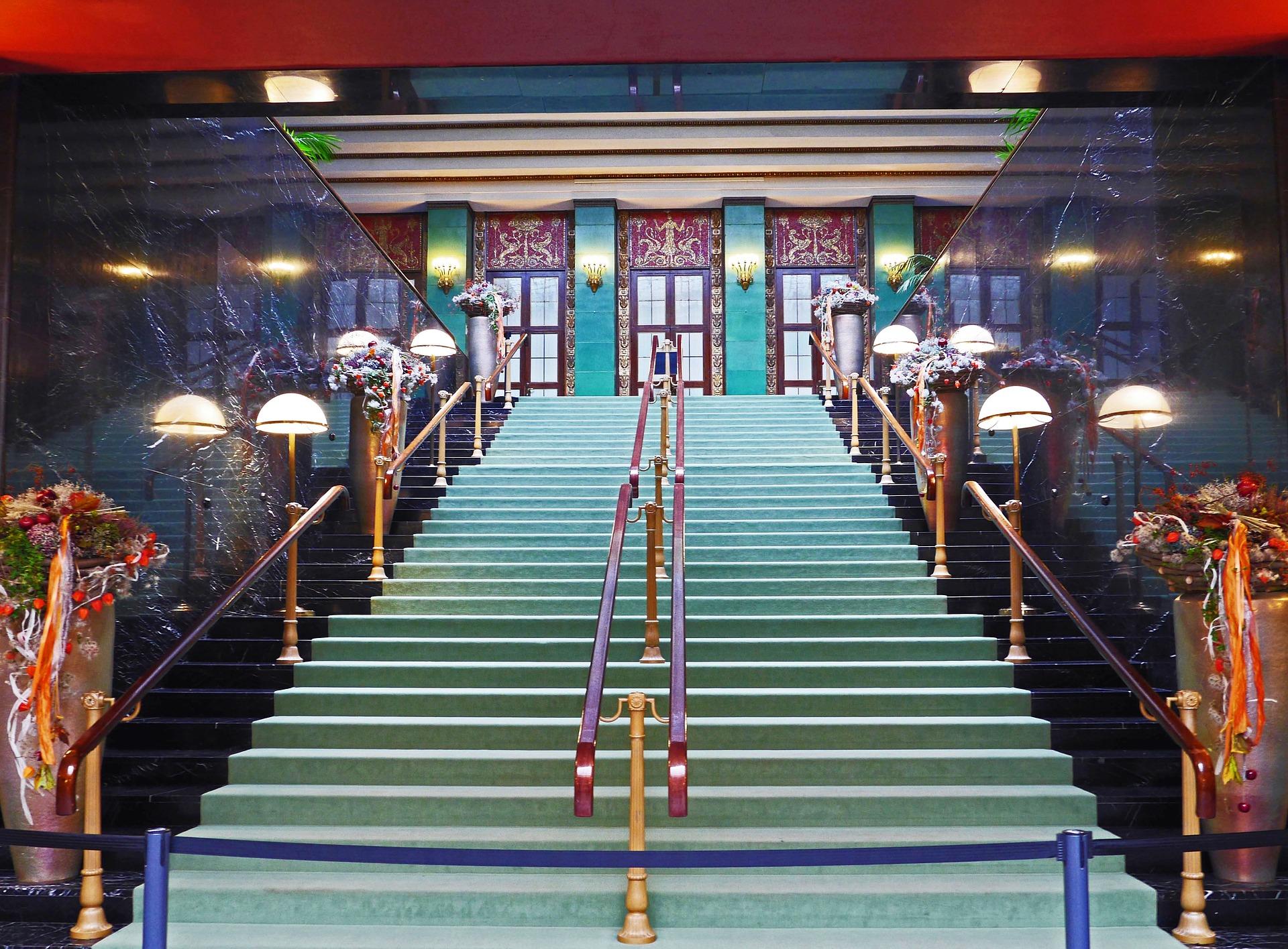 ¿Cómo decorar una escalera de interiores?